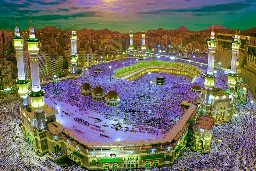 Mohamed próféta szülőhelye és az iszlám vallás bölcsője Mekka. A Sarawat-hegységben található városba minden muszlimnak életében egyszer el kell zarándokolnia. Itt található a legnagyobb szentségük, a Kába kő is.