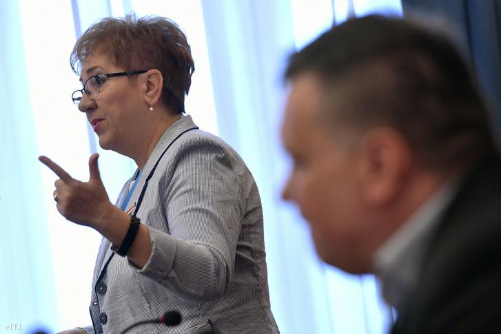 Lamperth Mónika XV. kerületi jegyző beszédet mond a Magyar Köztisztviselők Közalkalmazottak és Közszolgálati Dolgozók Szakszervezete (MKKSZ) egynapos sztrájkjának elindításán tartott gyűlésen a kerületi polgármesteri hivatalban 2019. március 14-én.