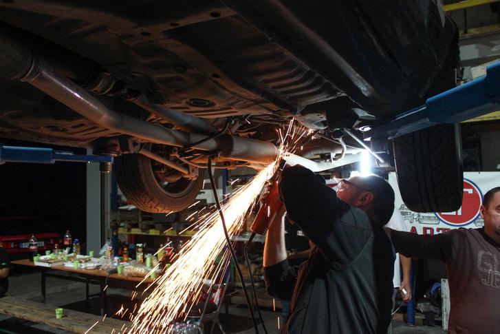 AE86 Zoli befoltoz egy kis lyukat a kipufogón