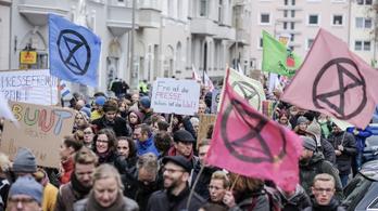 Ezrek vonultak fel Hannoverben egy neonáci tüntetés ellen tiltakozva
