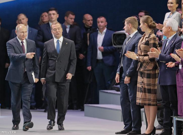 Vlagyimir Putyin orosz elnök (balra) és Dmitrij Medvegyev miniszterelnök a kormányzó Egységes Oroszország párt moszkvai kongresszusán, 2019. november 23-án.