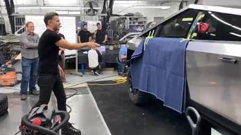 Így kellett volna állnia a vasgolyót a Tesla törhetetlen üvegének