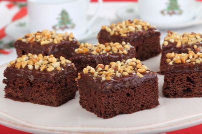 Csupa csokis adventi brownie roppanós mogyoróval a tetején