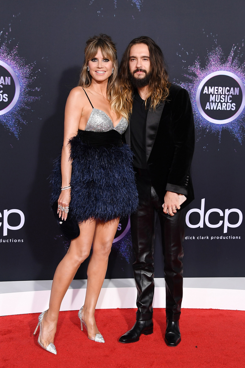 Heidi Klum kísérője 16 évvel fiatalabb férje, Tom Kaulitz volt. A 46 éves modell nagyon dögös volt ebben a miniruhájában.