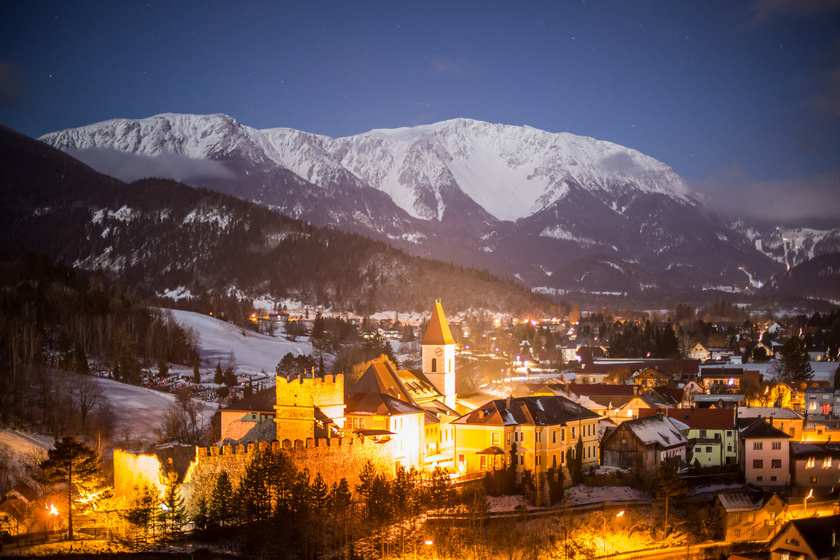 A legtöbb túrázó a hegy tövében található Puchberg am Schneeberg bájos településéről indul a csúcs irányába. Fogaskerekű vasúttal a városból rögtön 1796 méteres magasságig lehet feljutni, a csúcsokig pedig egy könnyed másfél órás gyalogút vezet.