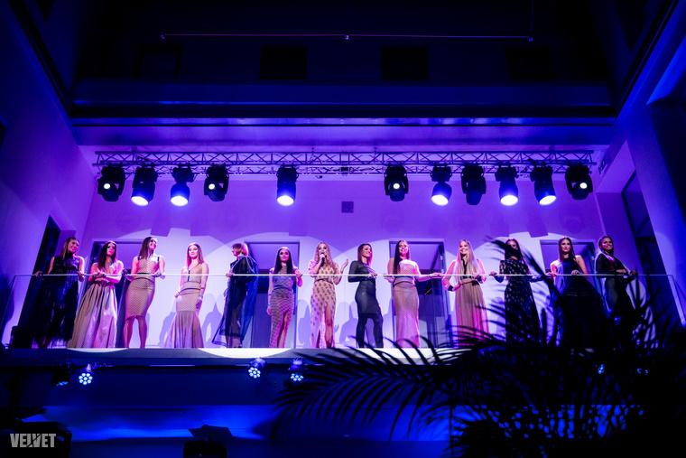 A ruhabemutató után egymás mellett felsorakoztak a modellek, Iszak Eszter pedig felszólította a közönséget, hogy most már indulhat is a buli