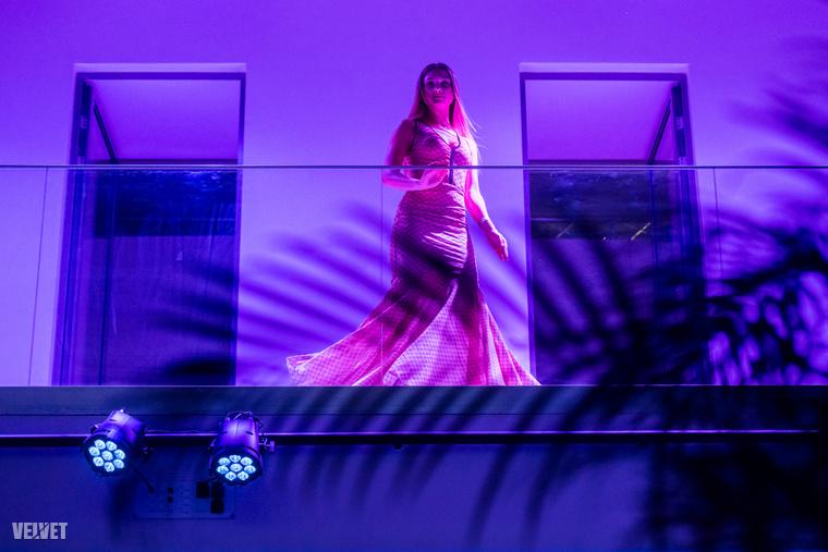 Az este egyébként egy divatbemutató is volt, a lányok a galérián sétáltak végig, amit a partizók a földszintről figyelhettek