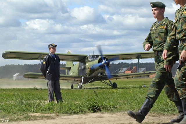 Antonov AN-2 típusú repülőgép egy orosz harci bemutatón 2004-ben