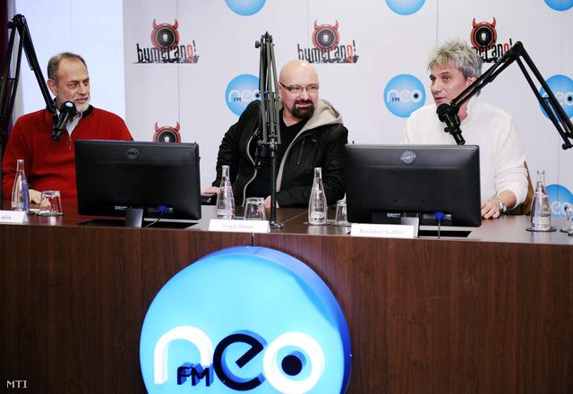 2012. március 6. Boros Lajos (b) Voga János (k) és Bochkor Gábor a NeoFM kereskedelmi rádió reggeli műsorának műsorvezetői tartanak sajtótájékoztatót abból az alkalomból, hogy Boros Lajos 20 év után befejezi a Bumeráng című reggeli műsor vezetését.