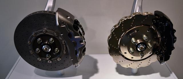 A nagyobb, karbon-kerámia tárcsa (bal) 4,5 kilóval könnyebb, mint az acél