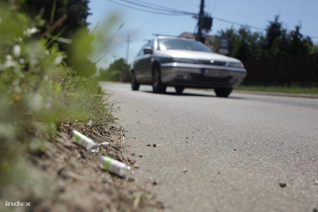 Az út szélén üres ampullák emlékeztetnak ez előző este történtekre