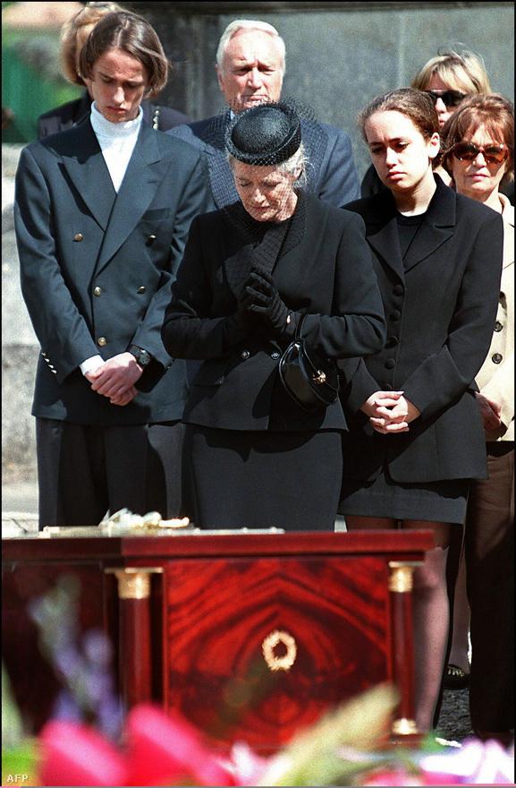 1997. július 3: Cousteau özvegye Francine, és két gyermeke, Pierre-Yves és Diane a hírest tengeri kutató temetésén, a délnyugat-franciaországi Saint-André-de-Cubzac temetőjében. Cousteau 87 évet élt, végül egy szívroham vitte el.