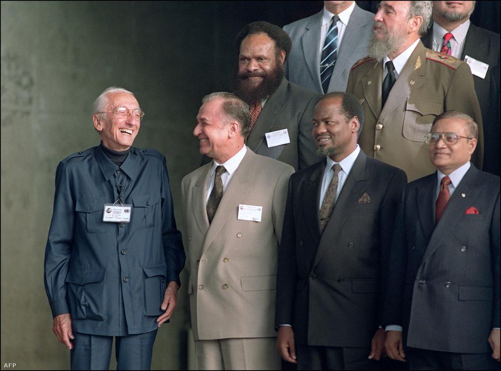Cousteau nevet a riói konferencia csoportképének készítése közben. Az idén megtartott RIO+20 gyűlés ennek folytatása volt. Philippe Cousteau, a híres kapitány unokája a CNN-nek írt levelében úgy fogalmazott: az emberiség pengeélen táncol, és nagyon fontos jó döntéseket hoznunk - a jövő generációinak néma kiáltása kötelez minket erre.