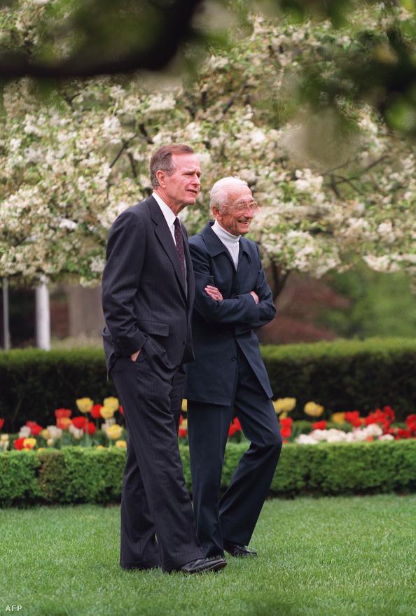 Cousteau idősebb Bush elnökkel sétál a Fehér Ház rózsakertjében 1992-ben. Cousteau ebben az évben az Ensz Rio de Janeiro-i környezetvédelmi konferenciáján is részt vett, ezt követően pedig tanácsadóként működött közre a világszervezet munkájában.