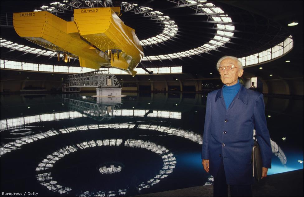 Cousteau a Calypso II makettje előtt 1992-ben. A hajó azóta is csak a tervezőasztalon létezik.