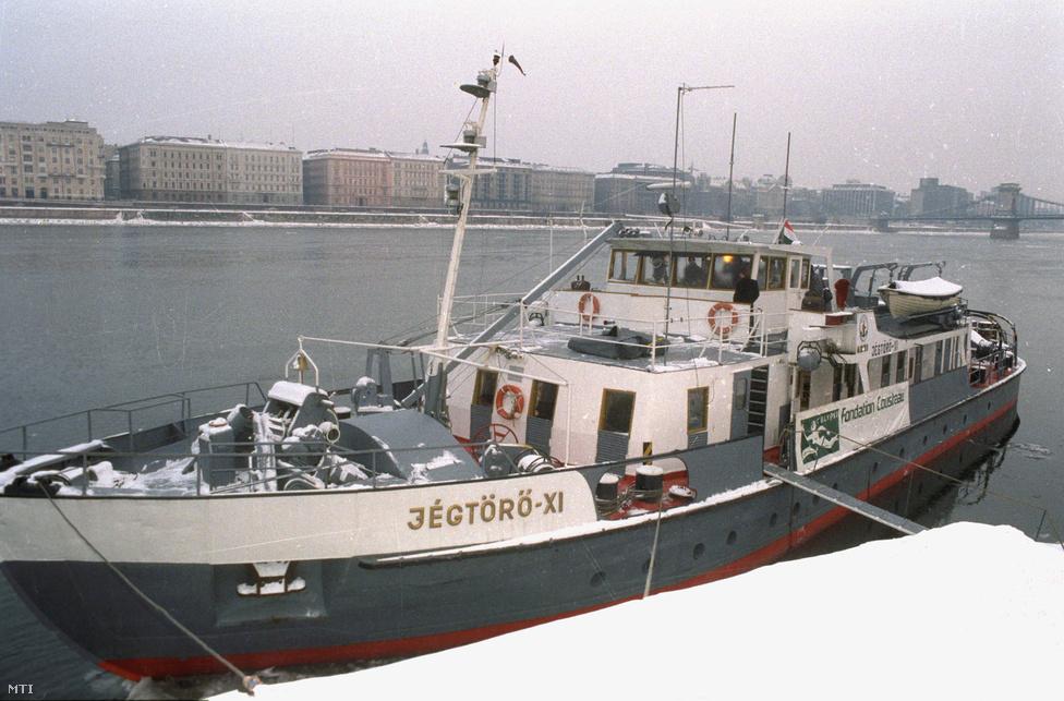 A Jégtörő-XI, amivel Cousteau dunai expedícióra indult 1991. február 14-én Budapestről. A kapitány és kísérete egy bérelt jégtörővel hajózta végig a folyót de útjára elkísérték helikopterek, teherautók és mozgó laboratóriumok is. A kutató munkájának célja az volt, hogy vizsgálataival elősegítse a Duna ökológiai értékeinek védelmét.