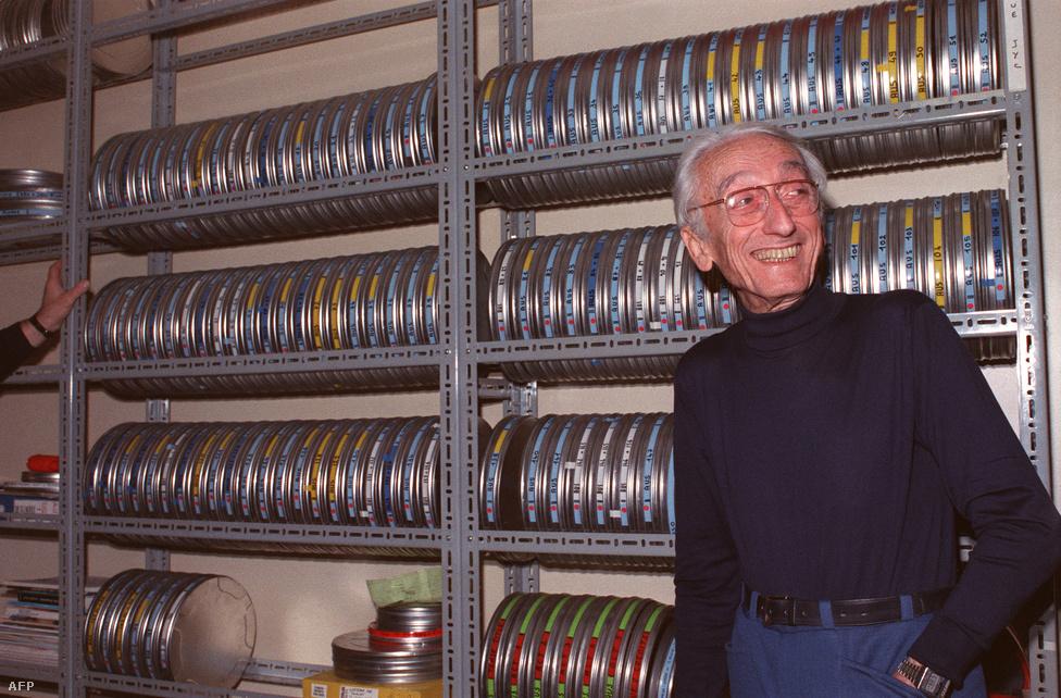 Cousteau párizsi otthonának filmraktárában, 1988 novemberében. Nemcsak az általa készített filmek, és a kalandjairól szóló könyvek voltak népszerűek, de róla is készült négy ismeretterjesztő film (
