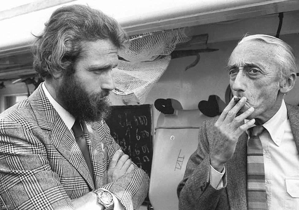 Jacques Yves Cousteau és fia, Jean-Michel Monte Carlóban, a Calypso fedélzetén azelőtt, hogy a hajó az Antarktiszra indukt volna 1972 őszén. Cousteaunak két fia volt, a fiatalabb Philippe 1978-ban motorcsónak-balesetben halt meg.