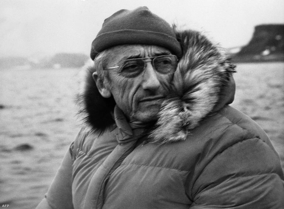 Cousteau 1972-ben az Északi-sarknál Az utazás a világ végére című film forgatásán.