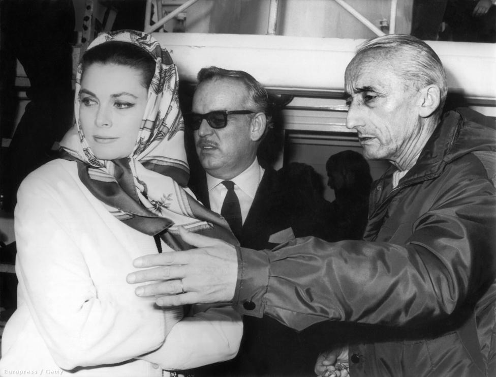 Cousteau (j) a monacói hercegi párral: Grace Kellyvel (b) és Rainier herceggel (k) a Calypso fedélzetén 1967-ben, közvetlenlül azelőtt, hogy elindult volna az Indiai-óceán felé.