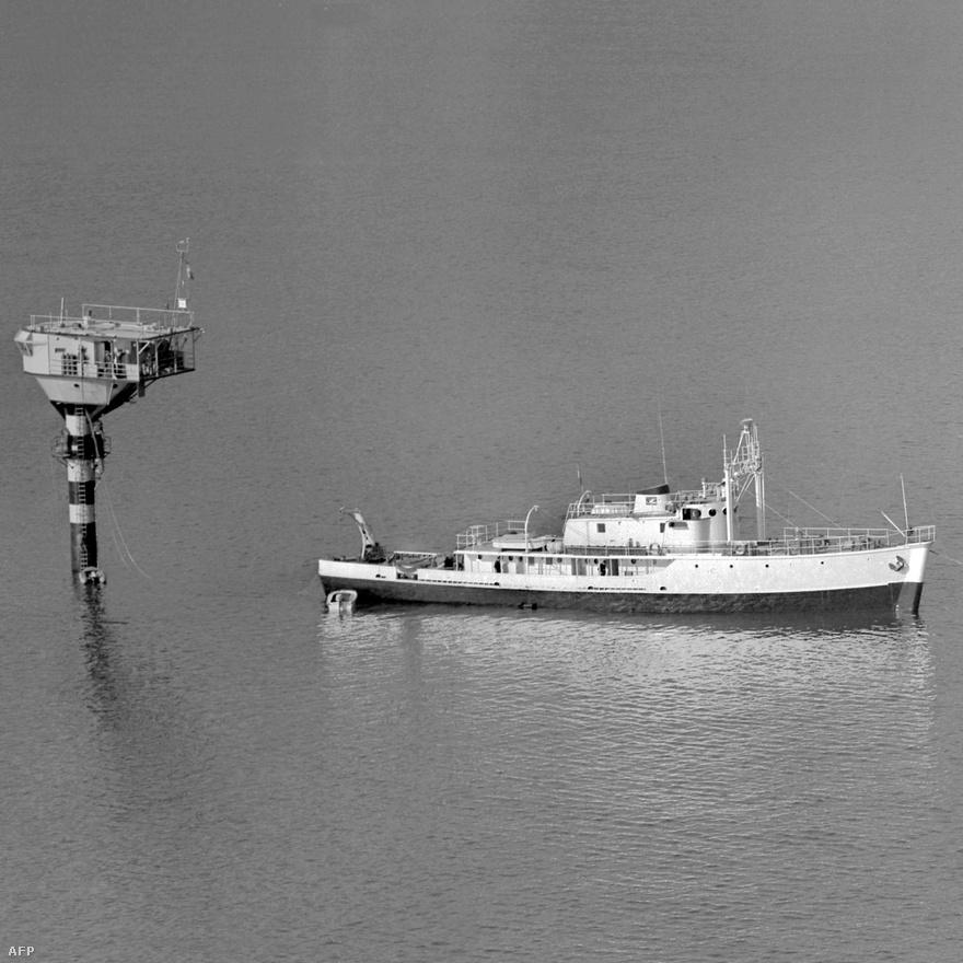 A Calypso Villefrance-sur-Mer közelében egy speciális kutatóbólyánál, ami 50 méteres merüléseket is lehetővé tett. A kép készítésekor Cousteau a haditengerészet feltárásaiban segédkezett.