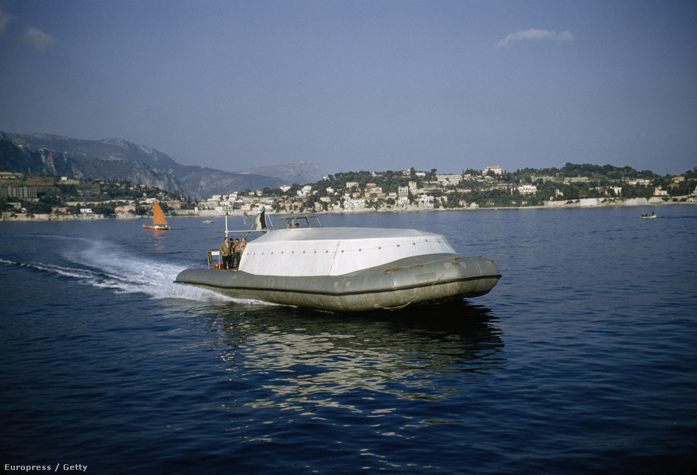 Cousteau felfújható gumicsónakja a nizzai Anges öbölnél.