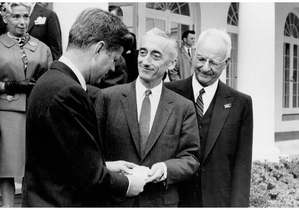 Az Egyesült Államok Nemzeti Földrajzi Társaságának kitüntetését John Fitzerald Kennedy adta át Cousteau-nak a Fehér házban 1961. április 24-én.