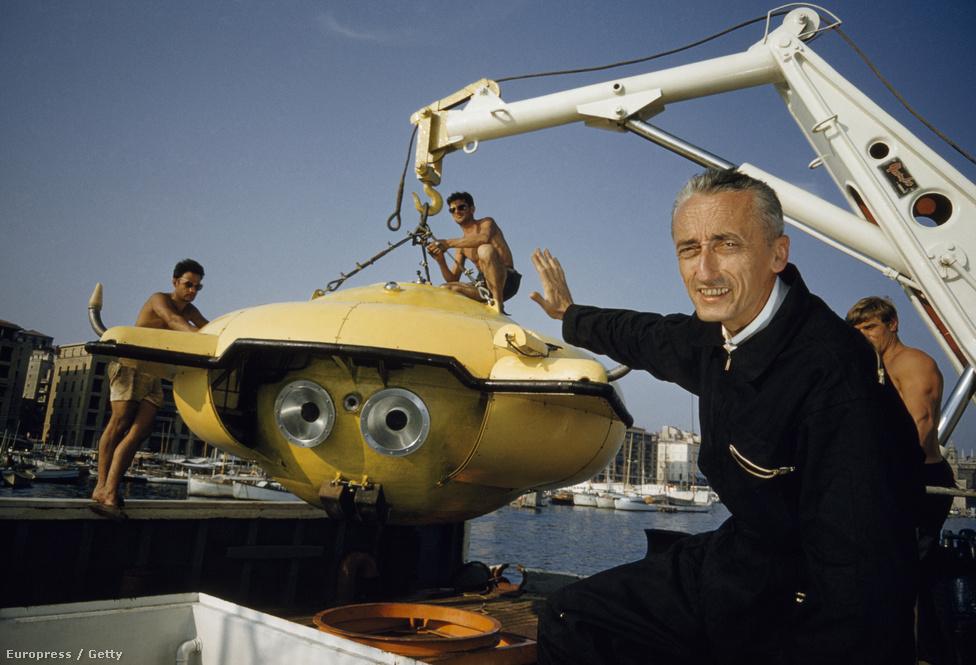 Cousteau a National Geographicnak pózol 1960-ban, a háttérben a Calypsóba éppen beemelt új búvárcsészealj.