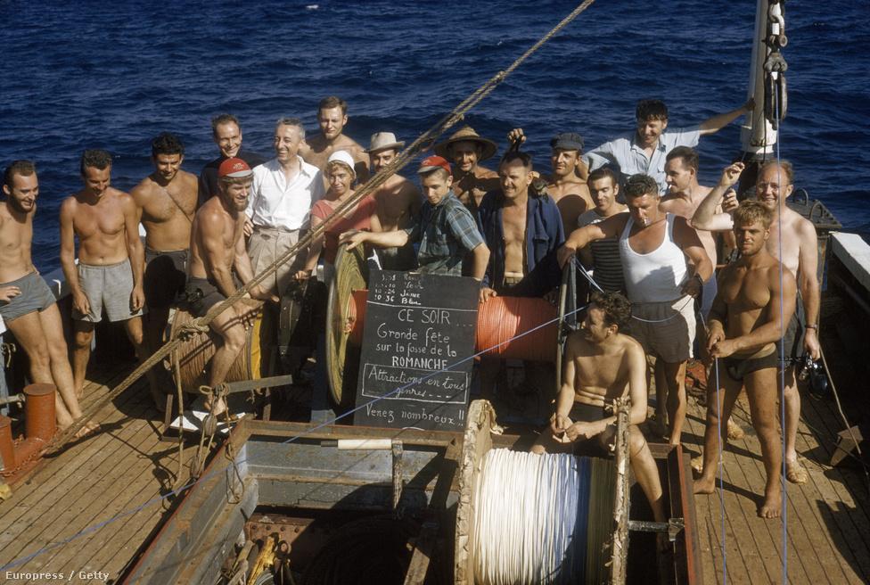 A Calypso legénysége a legmélyebbre vetett horgony rekordját ünnepli az Atlanti-óceánon, Elefántcsontpart közelében.