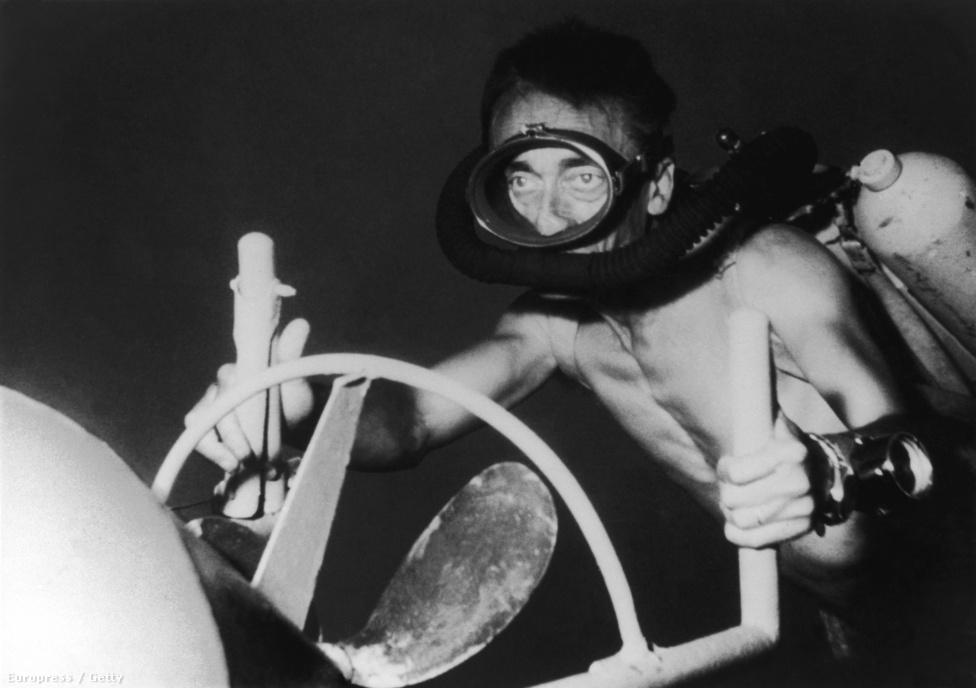 Cousteau a Csend világa című film forgatása alatt szívesen használta a Nautilus nevű szerkezetet, hogy minél könnyebben mozoghasson a víz alatt.