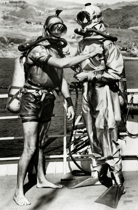 Terry Young (b) és Jacques Yves Cousteau teszteli a közösen fejlesztett könnyűbúvár-légzőkészüléket a californiai San Pedróban, 1950 októberében. Cousteau-n egy műanyagot és gumit is használó búvárruha is látható.