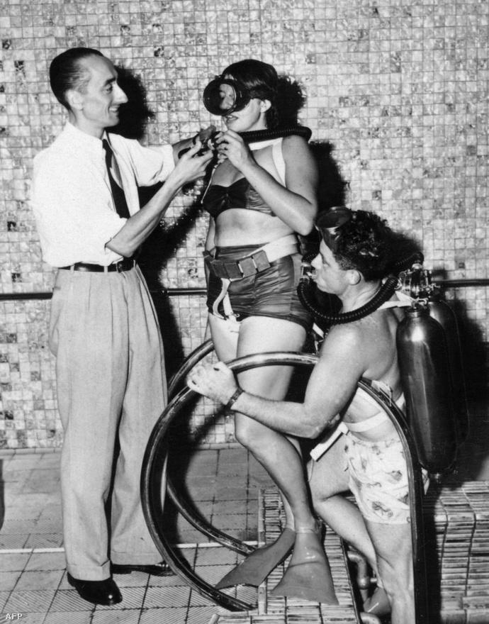 Cousteau ezen a képen természetesen szintén a légzőkészüléket teszteli, méghozzá hol máshol, mint egy New York-i uszoda medencéjében. Cousteau és feltalálótársa, Emile Gagnan közösen fejlesztették ki az első igazán sikeres búvárfelszerelést, ami a ma használt nyitott rendszerű légzőkészülék közvetlen elődjének is tekinthető.