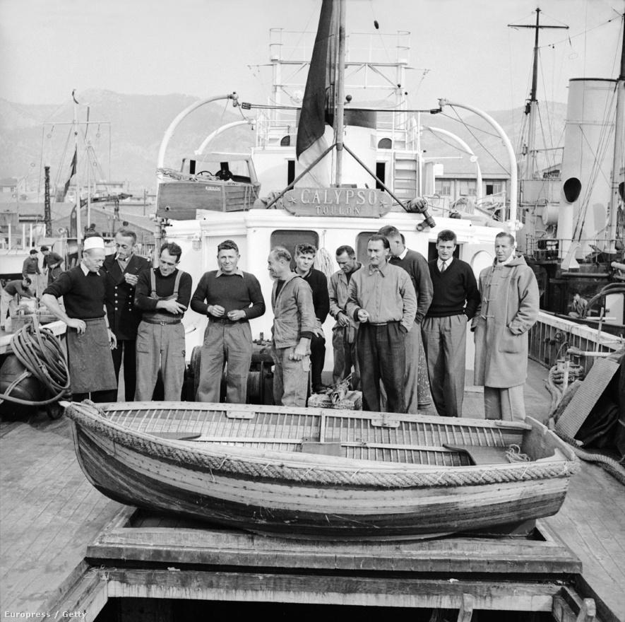 Cousteau és a Calypso legénysége 1952. január elsején. A Toulonban készült képen a vörös-tengeri korallok tanulmányozásáról visszatért csapat látható.