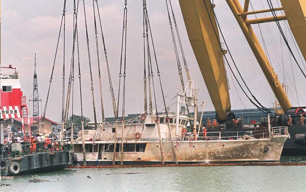 Az elsüllyedt Calypsót egy hatalmas úszódaru segítségével emelik ki a vízből Szingapúrnál. A hajó egy uszállyal ütközött össze véletlenül, és egészen a mai napig nem állították helyre teljesen.