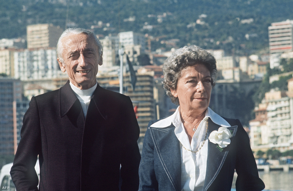 Cousteau kapitány első feleségével, Simonne-al. A nő 1990-ben halt meg, rákos volt. Cousteau fél év múlva feleségül vette Francine Triplet-t, akitől korábban már született egy lánya és egy fia.