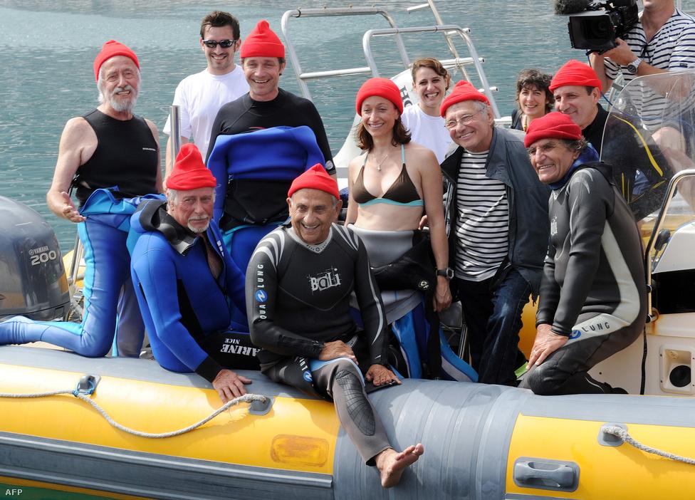 Cousteau fia, Jean-Michel Cousteau (balra) gyermekeivel, Celine-nel (középen) és Fabiennel (balról a harmadik), 2010. június 11-én, Grand Conglue-ban, Marseille partjainál. Ez az a hely, ahová a Calypso első útja vezetett még 1952-ben, a család egy közös merüléssel emlékezett meg az évfordulóról.