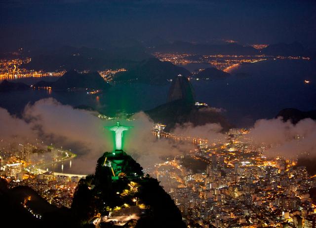 A környezettudatosság jegyében zöld fénybe borul a Megváltó Krisztus szobor