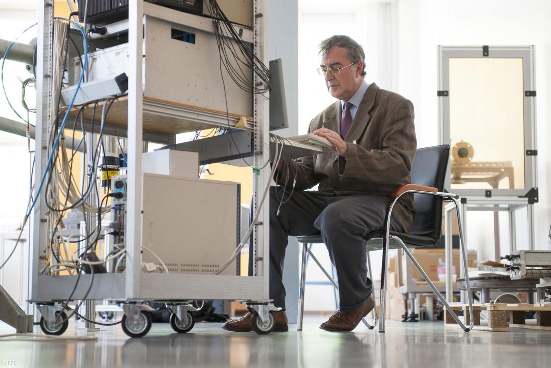 Krasznahorkay Attila, a Magyar Tudományos Akadémia Atommagkutató Intézetének (MTA Atomki) kutatási projektjét vezető atomfizikusa az intézet laboratóriumában