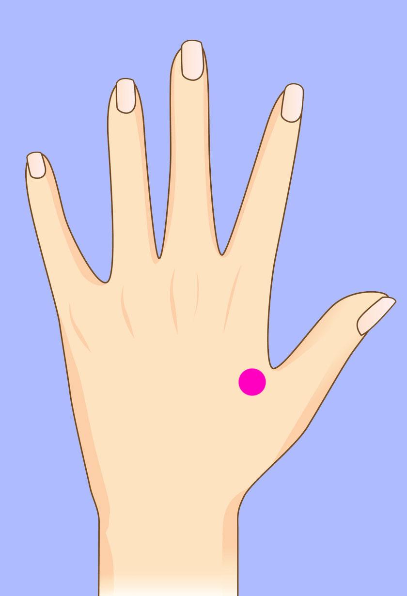 A hüvelykujj és a mutatóujj közti terület megnyomása segíthet enyhíteni a fejfájáson.