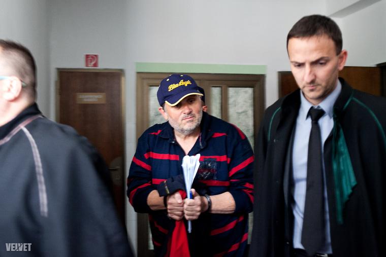 Szeptemberben érkezett a hír, hogy Galambos Lajost, azaz Lagzi Lajcsit őrizetbe vették feleségével együtt jogszerűtlen áram-, gáz- és vízvételezés miatt