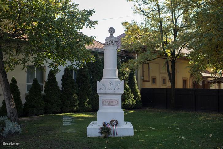 A világ első köztéri Petőfi-szobra, Kiskőrösön. Ma a költő szülőházának udvarán áll