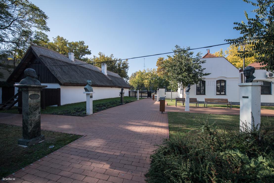 Petőfi Sándor műfordítóinak parkja Kiskőrösön. A nádfedeles házban született a költő