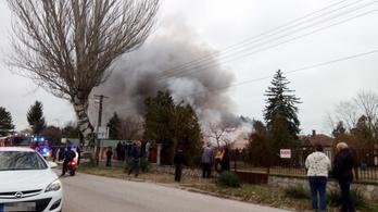 Négy épület és egy autó is lángokban áll Zamárdiban