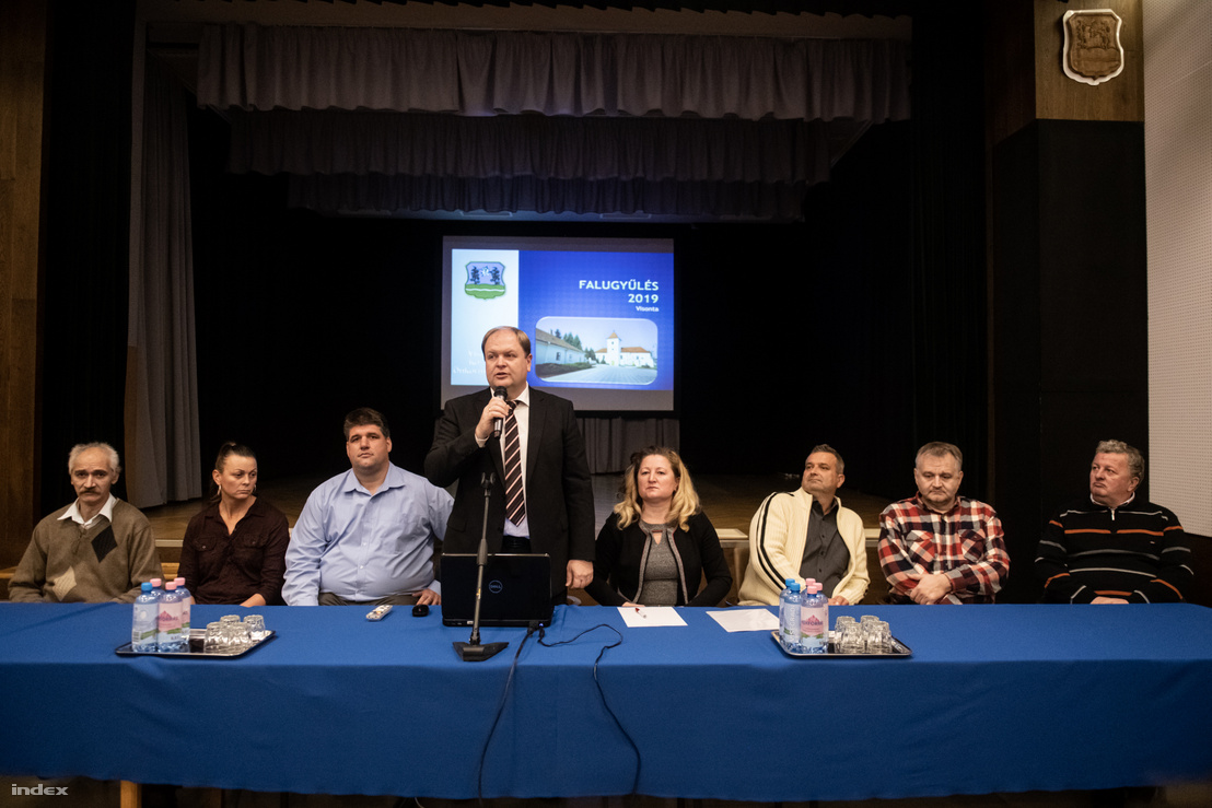 Szarvas László, Visonta polgármestere beszél a november 25-i falugyűlésen.