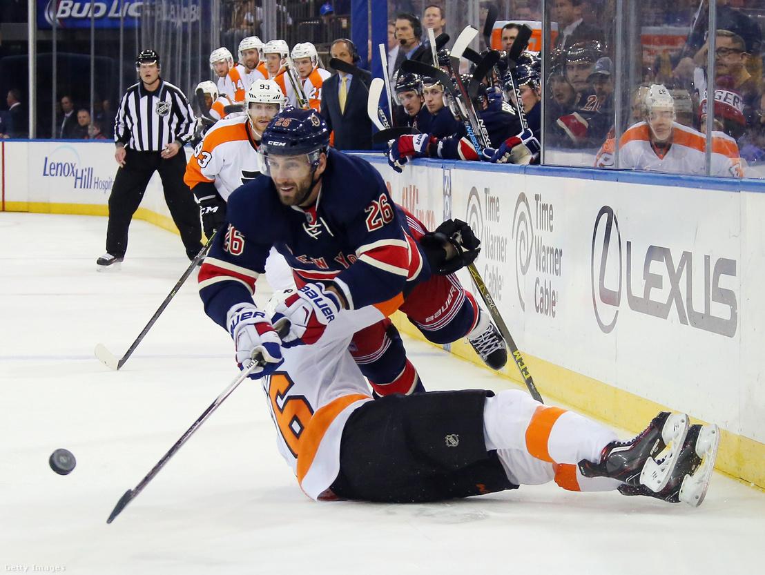 Jarret Stoll (#26), a New York Rangers játékosa a Philadelphia Flyers elleni 2015-ös mérkőzésen a Madison Squera Gardenben