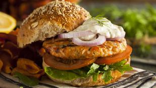 Menő karácsonyi street food: ünnepi halburger kapribogyós remuládmártással