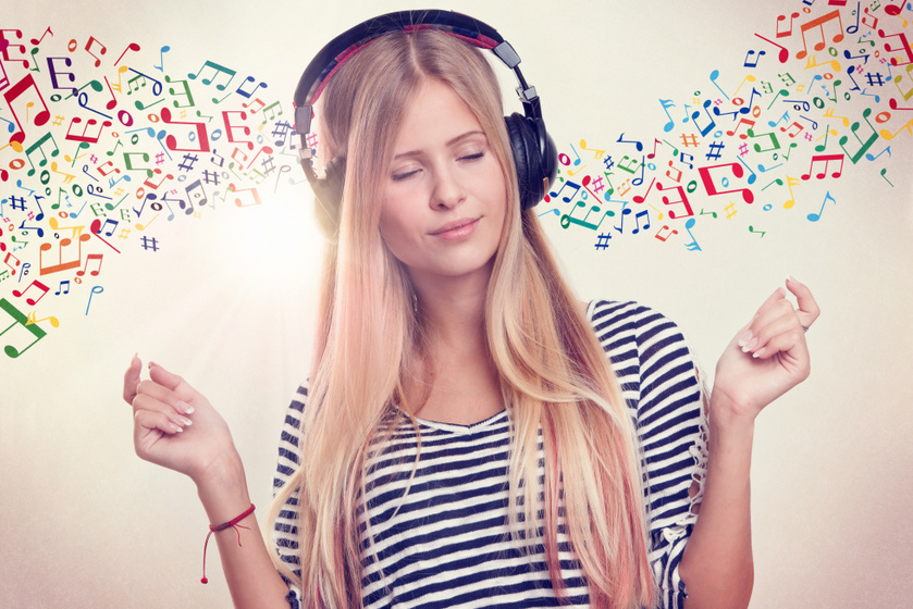 zeét hallgató nő
