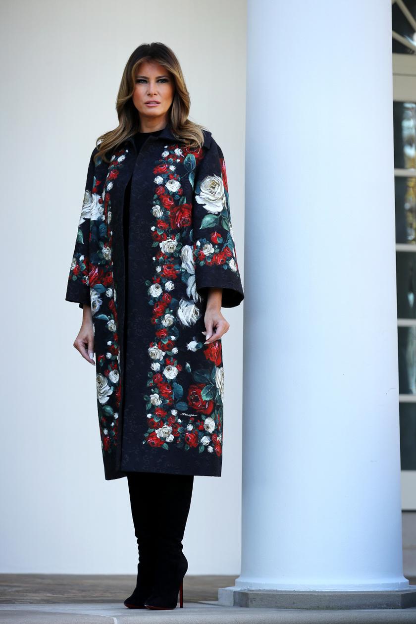 Melania Trump gyönyörű volt ebben a rózsás kabátjában.