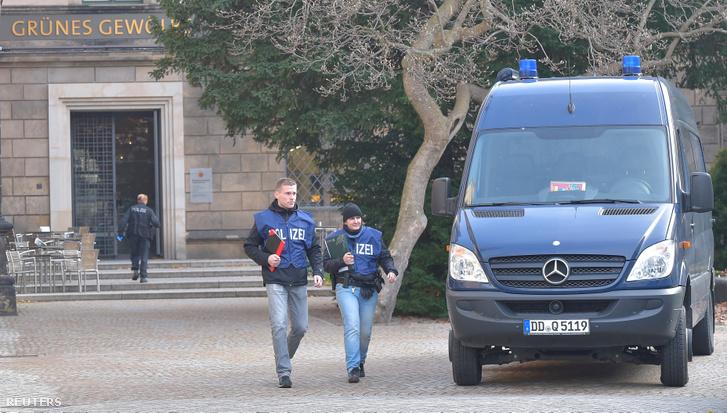 Rendőrök a hétfői rablás helyszínén Drezdában