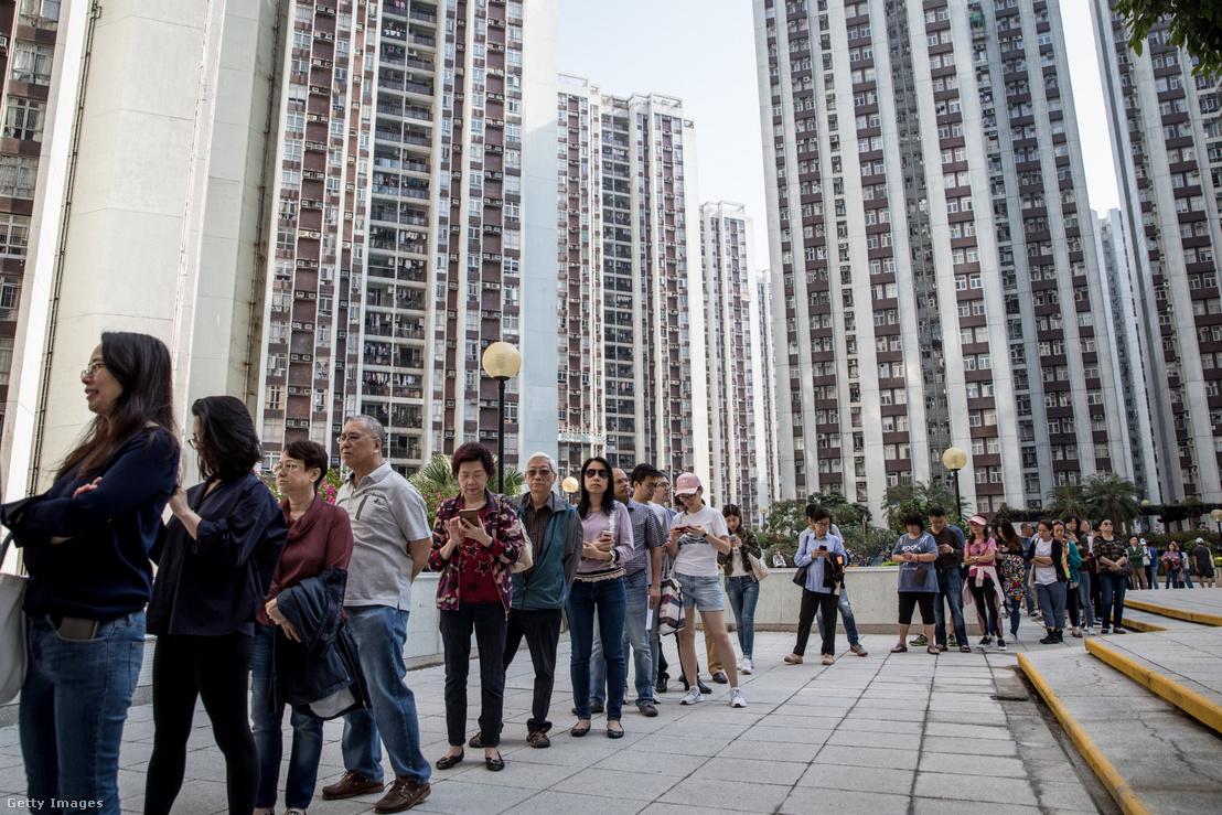 Emberek állnak sorban a helyi kormányzati választáson Hongkongban 2019. november 24-én